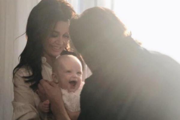«Знакомьтесь, Мила Чернышева», — подписала Анастасия Заворотнюк трогательный семейный снимок в своем микроблоге.