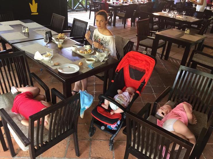 Кристина занимается воспитанием трех девочек
