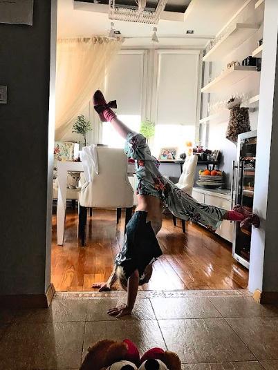 Мария шутит, что танцы перевернули мир дочки с ног на голову
