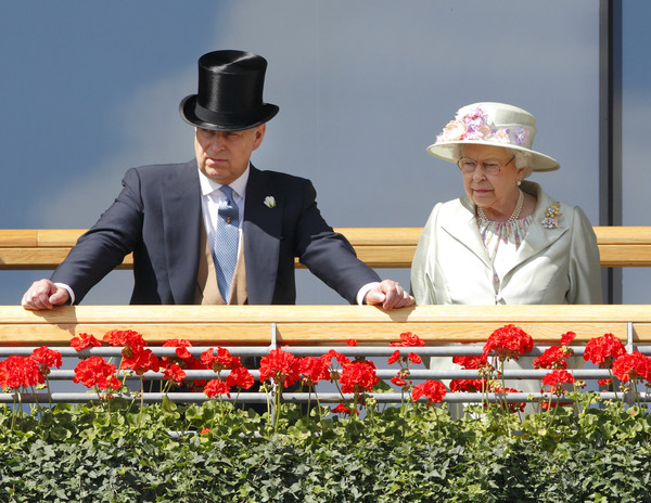 Елизавета II поддерживает сына в скандальной ситуации