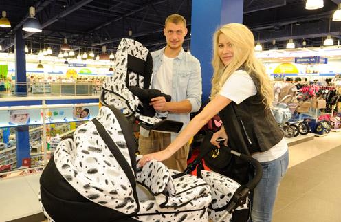 Элина Корякина и Александр Задойнов выбирают приданое для дочки