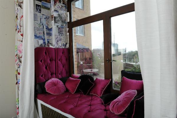 На откосах окна в спальне находится «Доска настроения» Дианы – памятные открытки и фото