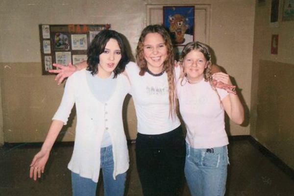 Пелагея с подругами Анной Немзер и Анастасией Савидовой (справа) на школьной дискотеке, 1996 год