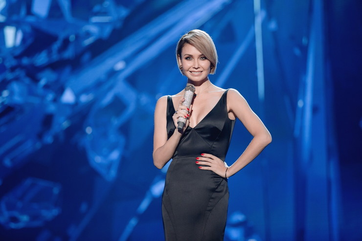 Ляйсан Утяшева вернулась к короткой стрижке и поразила глубоким, очень красивым декольте на элегантном платье