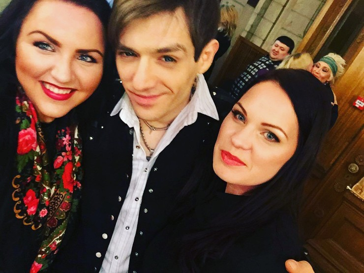 Эвелин Керро (справа) на съемках «Битвы экстрасенсов»