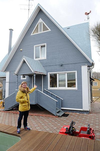 Первым делом Антон перекрасил фасад дома