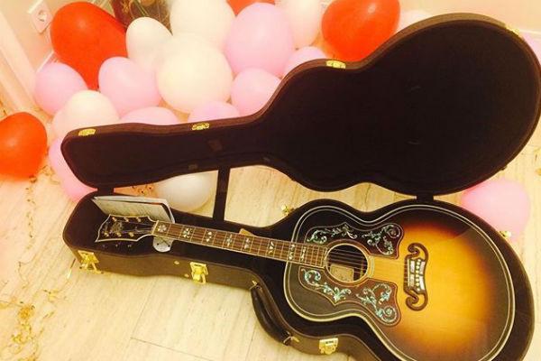 Подарок от возлюбленного певица сфотографировала и показала подписчикам