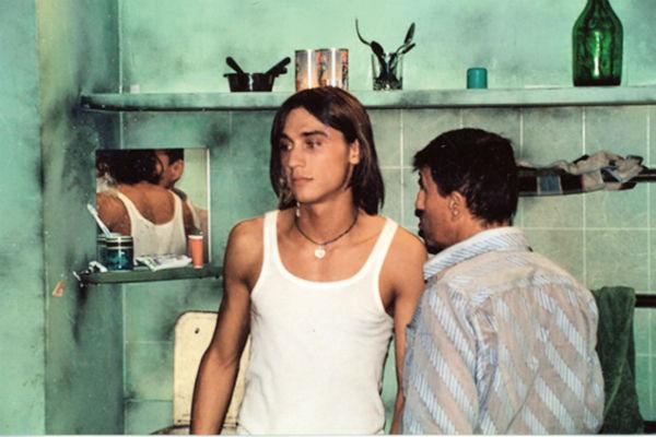 Паренек из Нальчика дебютировал на эстраде с песней «Бум». На фото – с продюсером Юрием Айзеншписом, кадр со съемок клипа, 2002 год