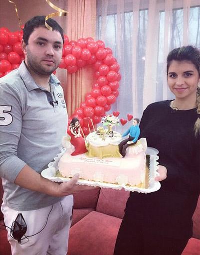 Алиана и Александр Гобозовы с праздничным тортом