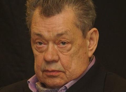 Сын Николая Караченцова: «Папе тяжело дышать»