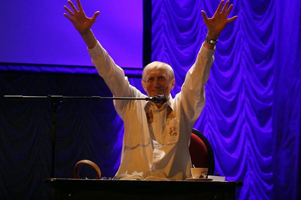 В финале своего прощального выступления в Петербурге Евтушенко исполнил битловскую композицию «Yellow Submarine»