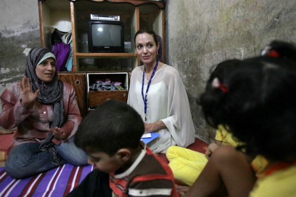 Анджелина занимается благотворительностью с 2001 года