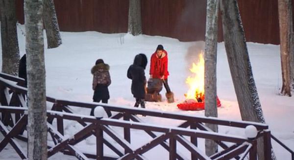 Костер Алиана развела прямо на Поляне, щебро облив вещи жидкостью для розжига