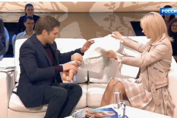Натали охотно продемонстрировала, как правильно пеленать новорожденных