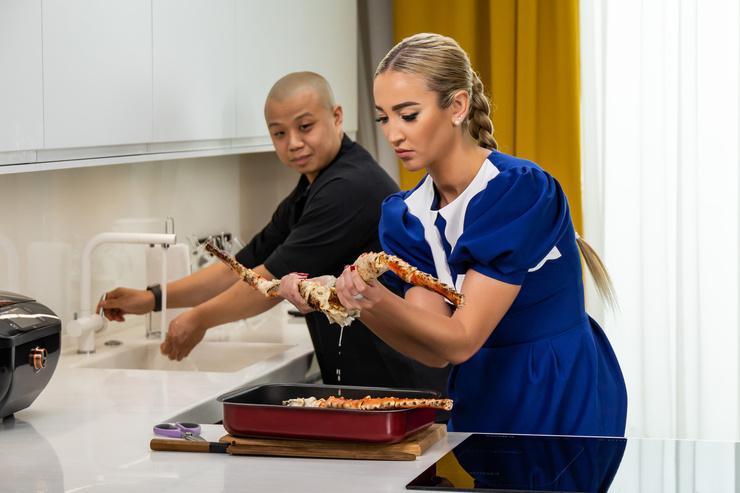 В шоу «Бузова на кухне» Оля постигает азы кулинарного дела