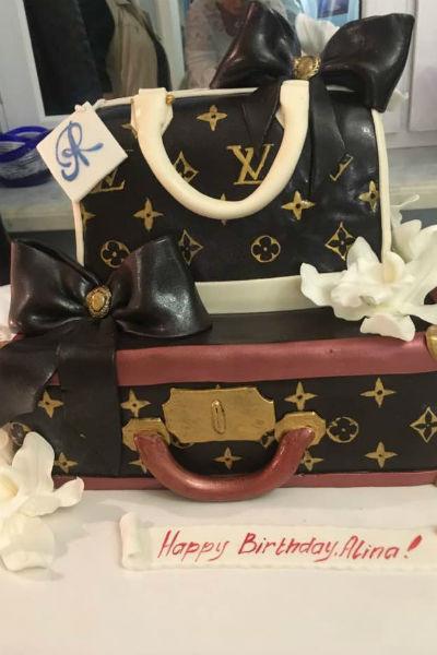 Алина Редель получила в подарок оригинальный торт