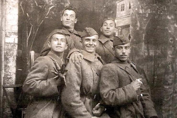 Будущие звезды советской сцены «Буба Касторский», «Тарапунька» и «Штепсель» в концертной бригаде ансамбля песни и танца Юго-Западного фронта