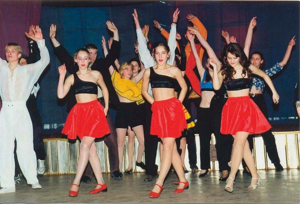 В девятом классе у будущей звезды появился свой танцевальный коллектив