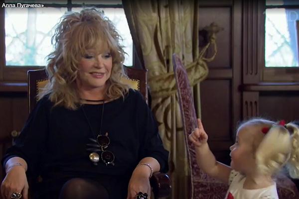 Лиза растет маленькой копией своей знаменитой мамы