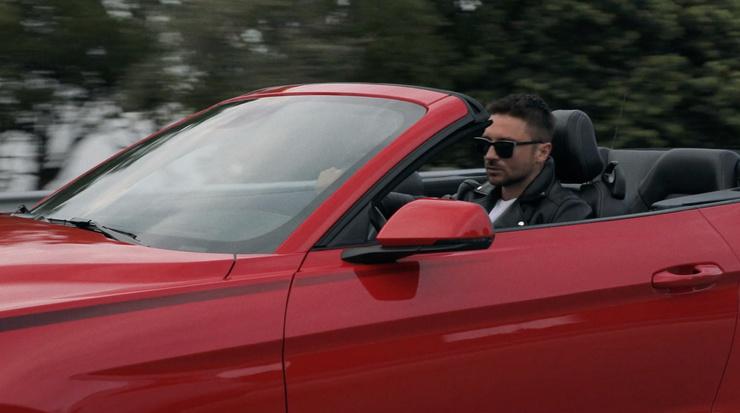 Лазарев водит кабриолет в клипе