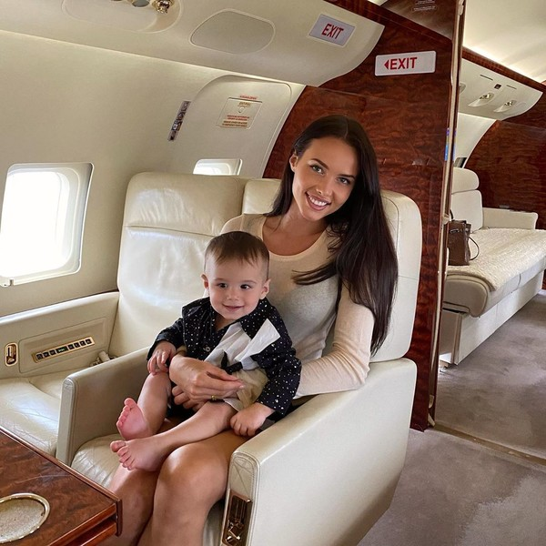 Модель часто путешествует с сыном