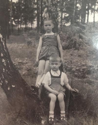 Маленькая Алла с братом Женей