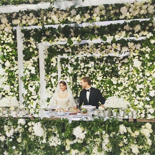 Жених и невеста словно попали в цветочный рай