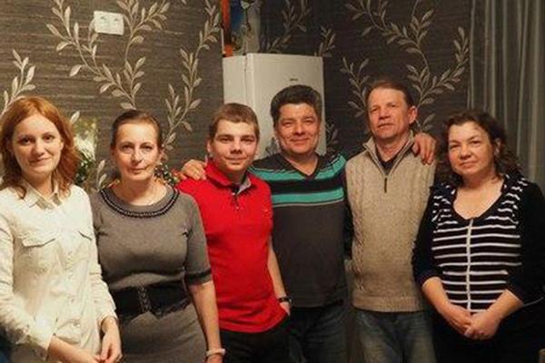 Сергей Захаров (третий справа) со своими родными