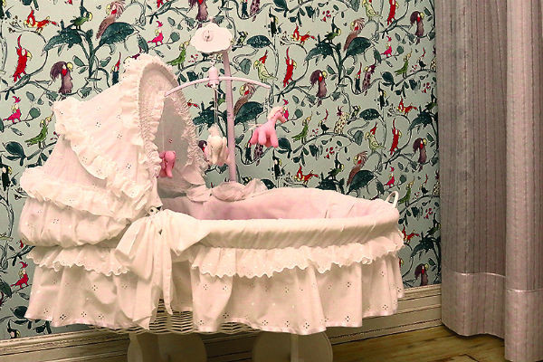 Пока в детской идет ремонт, малышка спит в комнате родителей