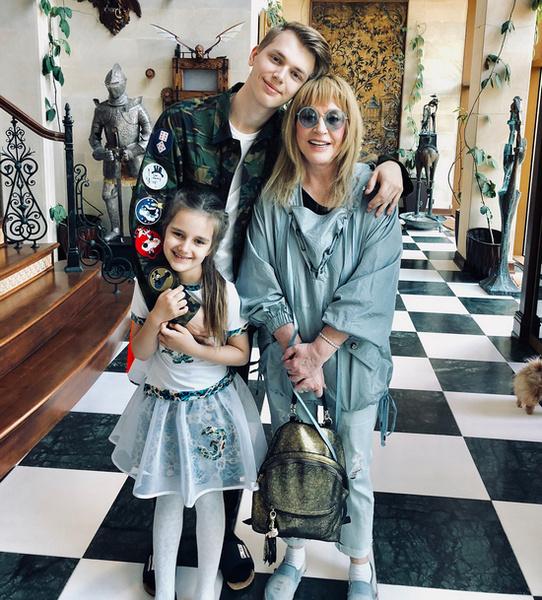 Дени и Клавдия с бабушкой Аллой Пугачевой