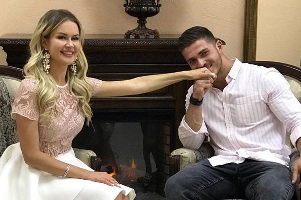 Марина пришла на свадьбу брата в сопровождении Ромы