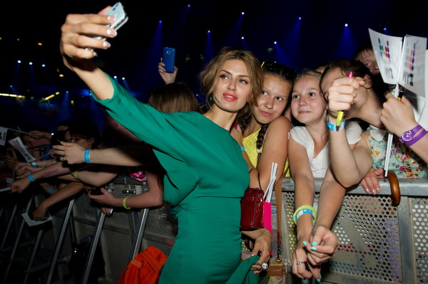 Виктория Боня с поклонниками