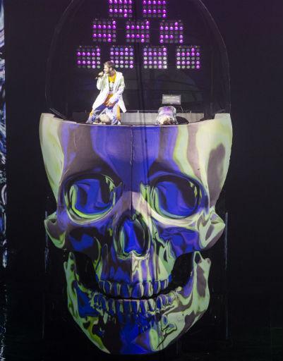 Первые песни музыкант исполнил стоя на 9-метровом черепе