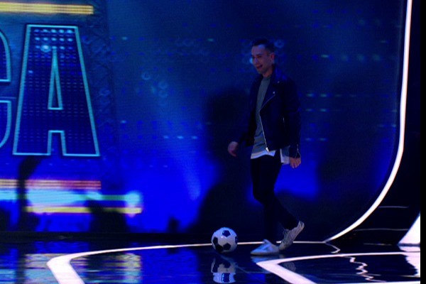 Телеведущий сыграл в футбол с одной из участниц шоу