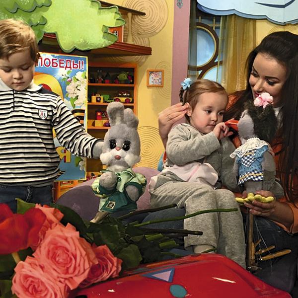 Телеведущая познакомила сына Федю и дочь Лизу с их любимыми героями - Каркушей и Степашкой