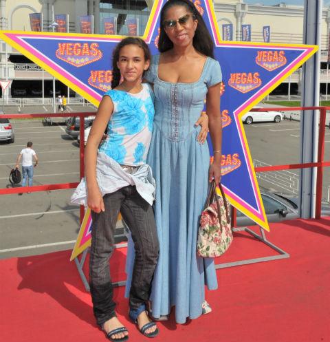 Елена Ханга подбирает женихов для дочери