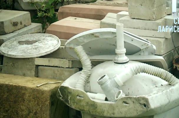 По словам соседей, этот мусор — дело рук строителей особняка Долиной