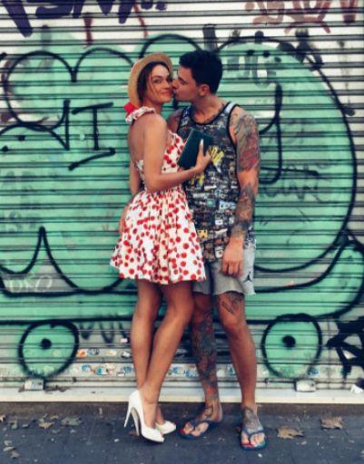 Алена Водонаева с любимым Антоном на фоне местного уличного графити