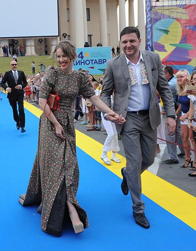 Пара блистала на ковровой дорожке в костюмах с перекликающимися мотивами