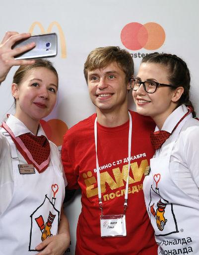 Александр Головин с работниками ресторана