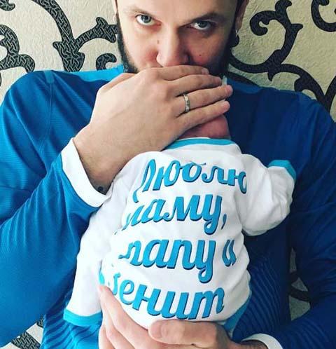 Максим Траньков с новорожденной Анжеликой