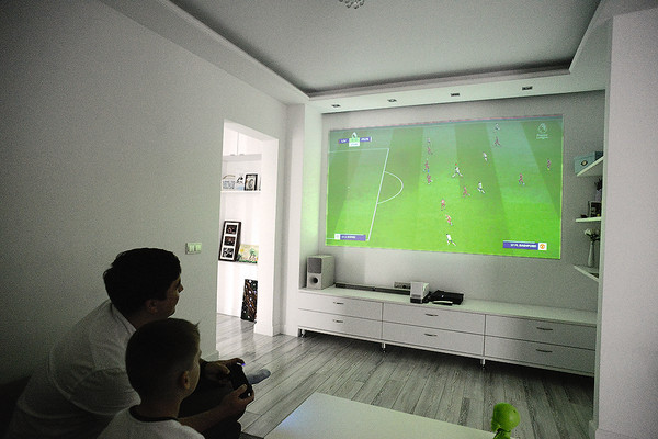Любимое место — гостиная. Артем рассказывает, тут они включают проектор, смотрят семейные фильмы либо играют