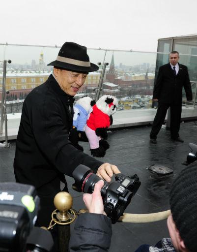 Актер увлекается фотографией, поэтому попросил одного из репортеров снять его на личную камеру