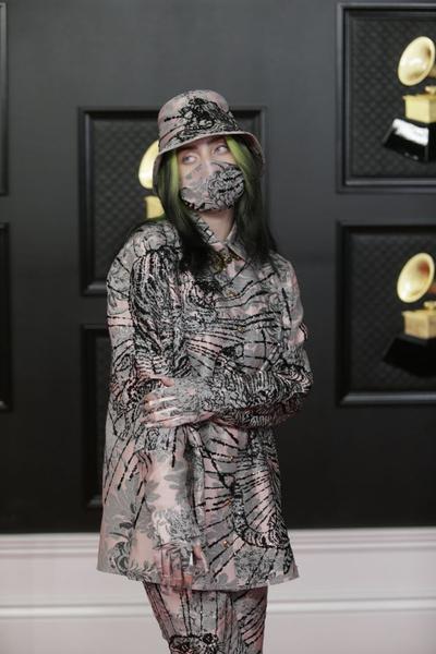 Билли Айлиш продолжает носить маску - пандемию никто не отменял