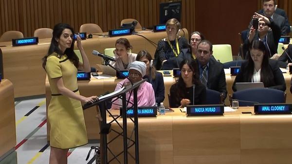 В марте беременная Амаль Аламуддин выступила с эмоциональной речью в штаб-квартире ООН в Нью-Йорке
