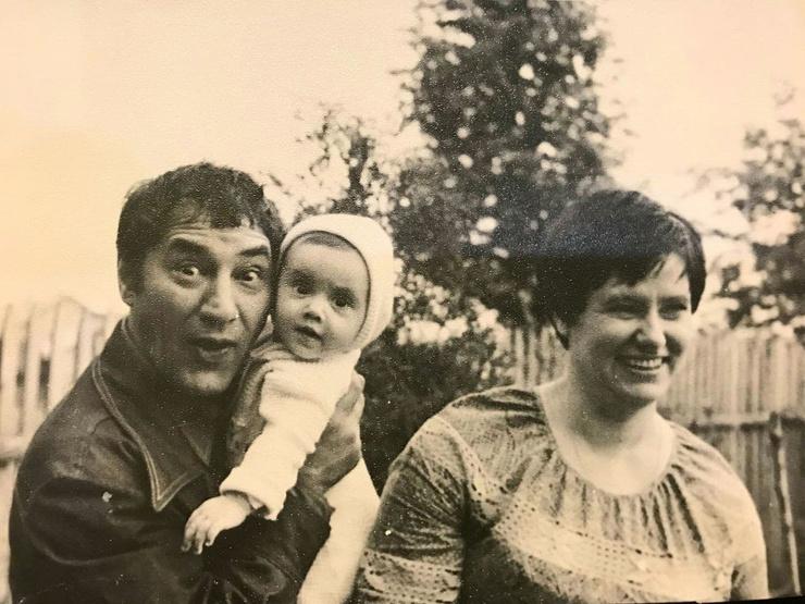 Спартак Васильевич любил дочь и старался ее радовать