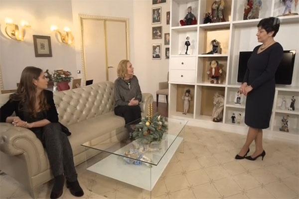 За спиной Наташи Барбье (на фото справа) дизайнерский шкаф для обширной коллекции авторских кукол