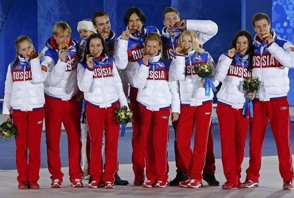 Волосожар и Траньков (в центре) на вручении олимпийских медалей в Сочи