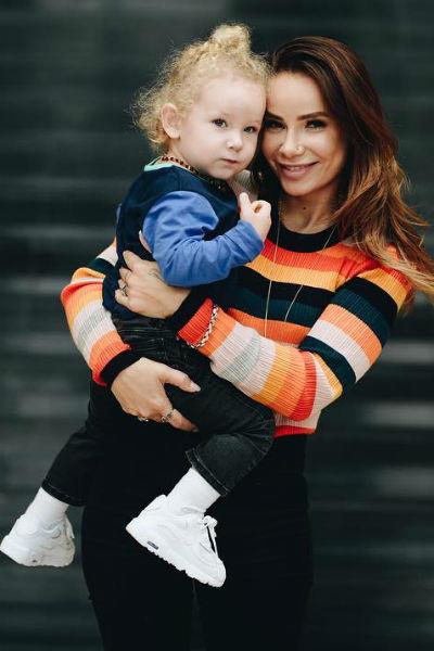 Айза Анохина с ребенком