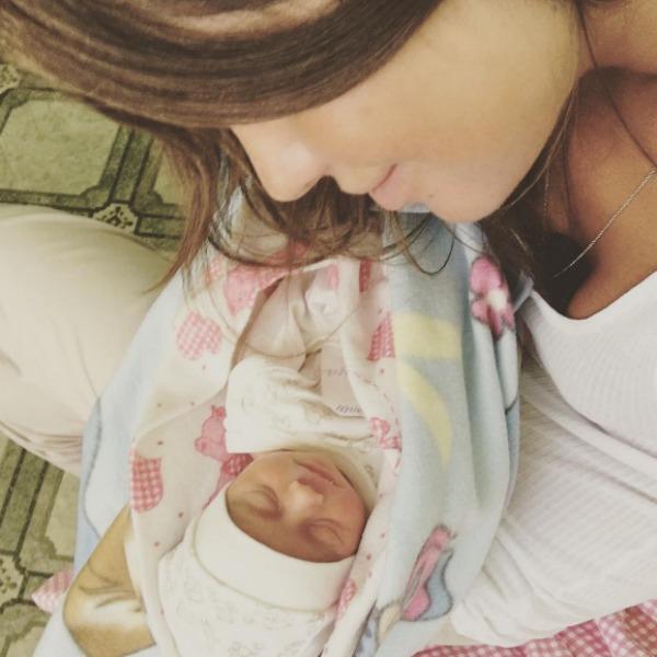 Фото Алексы с младенцем заинтриговало поклонников